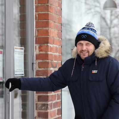 Jääkiekkovalmentaja Antti Pennanen koettaa avata kahvilan ovea talvella