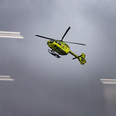 Helikopteri kuvattu ikkunan läpi.