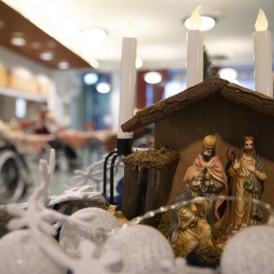 Jouluevankeliumi-teemainen kynttelikkö Päivärinteen palvelutalossa Hämeenlinnassa.