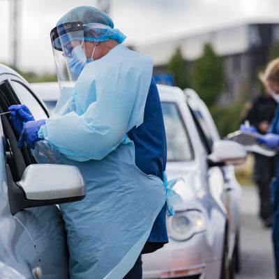 Tornion terveystyöntekijät ottavat koronatestiä rajan ylittäjältä.