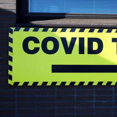 Opastekyltti koronavirustestiin