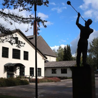 Suomen lasimuseo ulkopuolelta kuvattuna