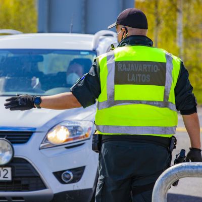Rajavartiolaitos pysäyttämässä Ruotsista Suomeen tulevaa autoa Tornion rajanylityspaikalla.