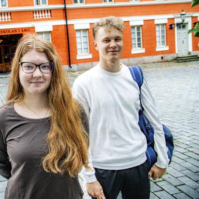Tre abiturienter utanför Katedralskolan i Åbo.
