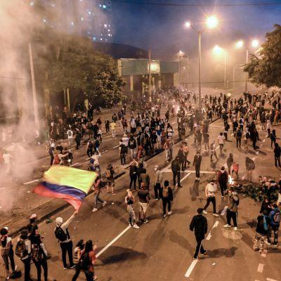 Unga människor samlade på gatan för att protestera i Colombia.