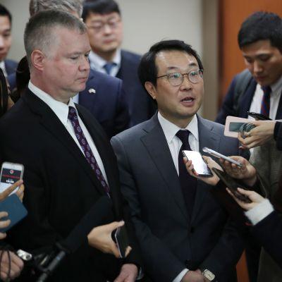 USA:s Nordkoreasändebud Stephen Biegun (till vänster) och Sydkoreas chefsförhandlare i Nordkoreafrågor Lee Do-hoon (i mitten) besvarade journalisters frågor efter sitt möte i Seoul den 21 december.