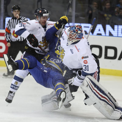 Joonas Järvinen och Mikko Koskinen tacklar Andreas Thuresson under Sweden Hockey Games 2017.