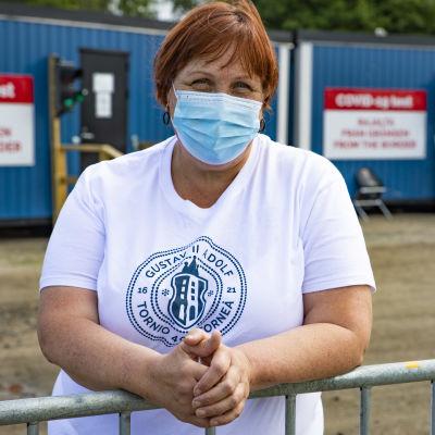 Tornion kaupungin osastonhoitaja Marianne Junes-Leinonen Tornion koronatestauskonteilla.