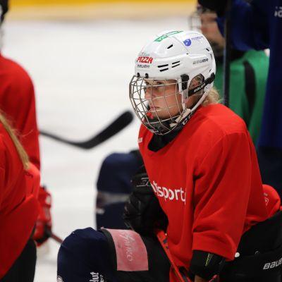 Hyökkääjä Jenna Pirttijärvi kuuntelee valmentajan ohjeita.