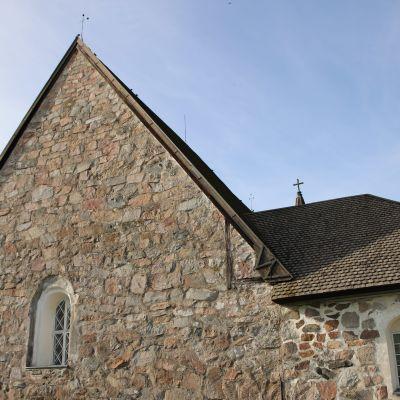 Perttelin keskiaikainen kivikirkko.