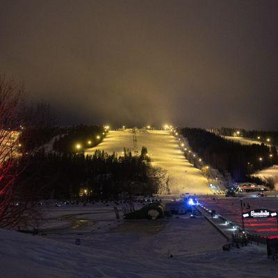 Tahkovuoren valaistut laskettelurinteet talvella iltahämärässä.