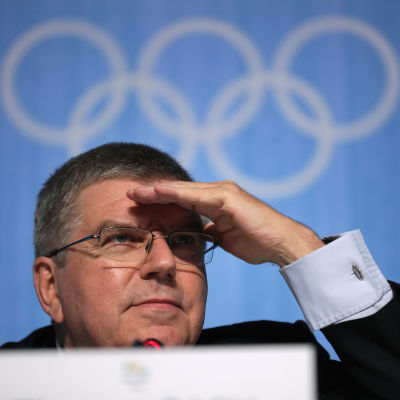 IOK:s ordförande Thomas Bach tittar ut över journalisthavet under sin presskonferens i Rio de Janeiro.