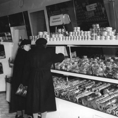 Kvinnor i livsmedelsaffär, 1951