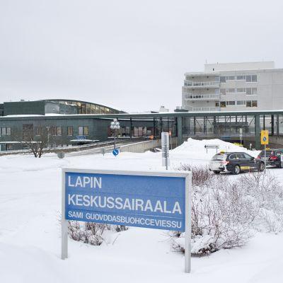 En snöig bild av Lapplands centralsjukhus.
