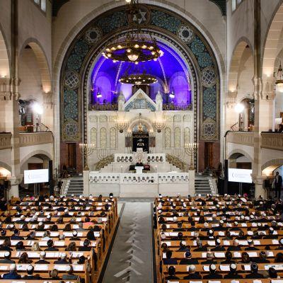 Minnesstund för kristallnattens 80-årsdag i Berlins stora synagoga.