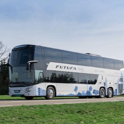 En vit buss som har två våningar.