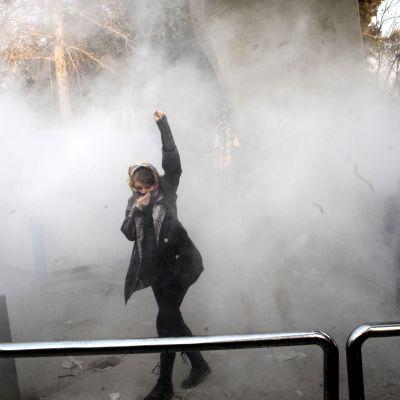Studenter drabbar samman med kravallpolis vid universitetet i Iran i samband med en demonstration mot den styrande regeringen.