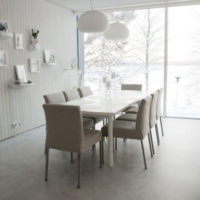 Ruokalutilan ikkunasta voi katsella Olkkajärven maisemaa.
