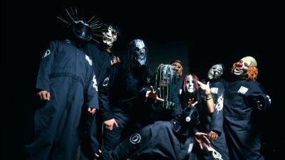 Slipknots bandmedlemmar poserar i masker.
