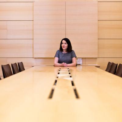 Kulttuuriministeri Sanni Grahn-Laasonen kokouspöydän ääressä
