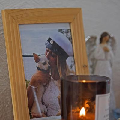 Lars Backlund tänder varje dag ett ljus vid fotografiet av sin dotter Cecilia Backlund.