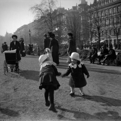 Barn leker i Esplanadparken i Helsingfors våren 1912.