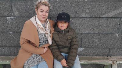 Mor och son på en bänk.