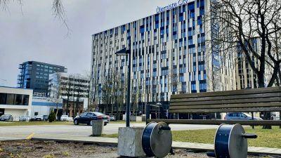 Ett hus med många viktiga företags loggor på fasaden i Ülemiste City i Tallinn.