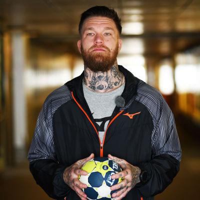 Teemu Tamminen med en handboll i en tunnel.
