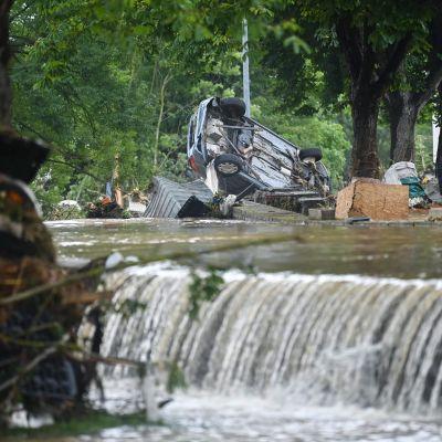 En bil har hamnat upp och ner till följd av översvämningarna i den tyska staden Bad Münstereifel.