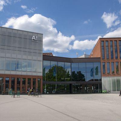Ainon aukio Otaniemessä, Aalto-yliopiston taiteiden ja suunnittelun korkeakoulu