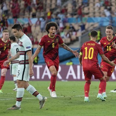 Thorgan Hazard (numero 16) tuulettaa Belgian maalia.