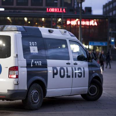 Polisbil i stadsmiljö