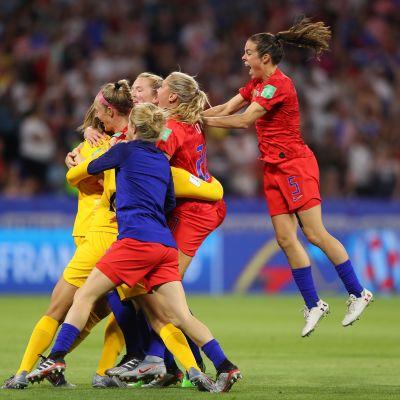Yhdysvallat eteni jalkapallon naisten MM-finaaliin – Englanti hukkasi rangaistuspotkun