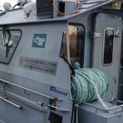 Sjöbevakningens patrullbåt förankrad vid brygga.