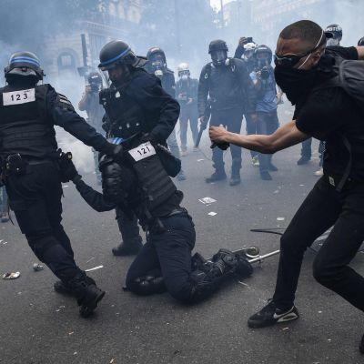 Mellakkapoliiseja ja mielenosoittajia Pariisissa 13. kesäkuuta.