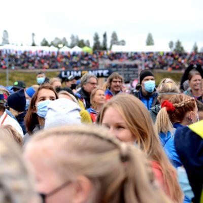 Kuvassa näkyy Jukolassa olevaa yleisöä. Suurimmalla osalla on kasvomaskit.