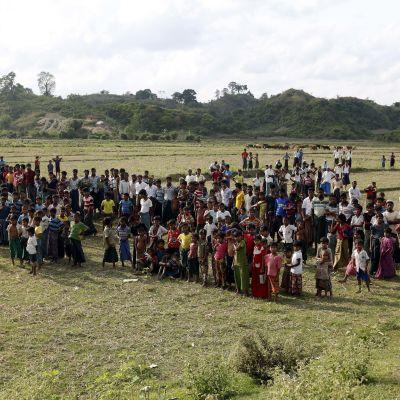 Medlemmar av det muslimska minoritetsfolket Rohingyas har samlats för att sörja bybon Hami Dula som mördades nyligen efter att ha gett en intervju åt utländska medier