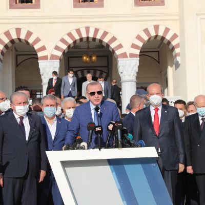 Turkiets president Recep Tayyip Erdogan håller tal på Cypern.