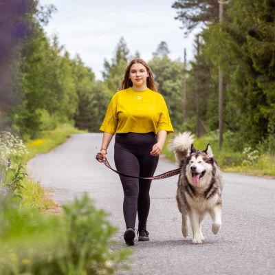 Porilainen Wiivi Wallenius hakee opiskelemaan Tampereelle. Hän haluaa näyttelijäksi. Kuvassa hän lenkittää hoidossa olevaa koiraa Juroa.