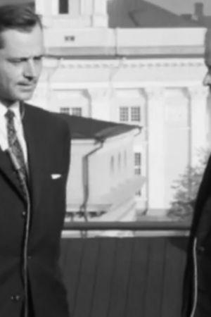 Professor Erik Halmén blir intervjuad på Porthanias tak i Helsingfors