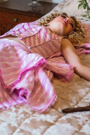 nainen makaa sängyllä