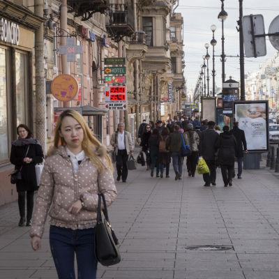Ihmisiä kävelemässä Pietarin Nevski prospekt kadulla