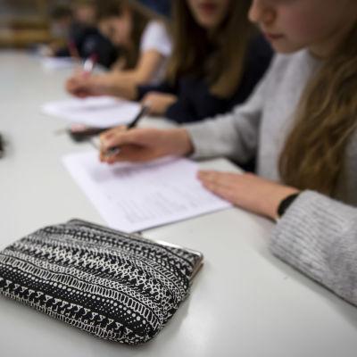 anonyymit oppilaat tekevät koulutehtäviä