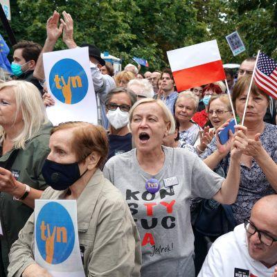 Tuhannet puolalaiset protestoivat uutta medialakia vastaan