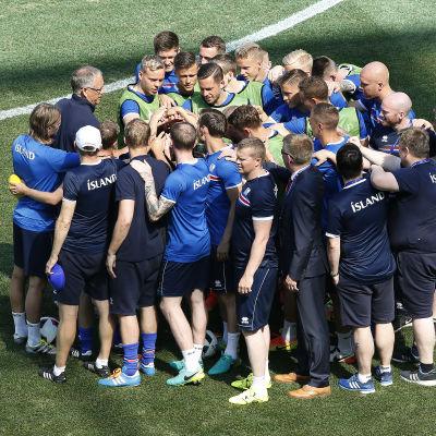 Island tränade under söndagen på matcharenan i Nice inför åttondelsfinalen mot England.