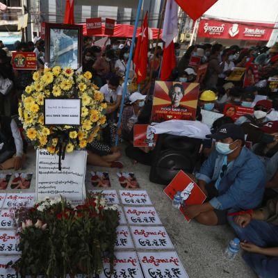 Sotilasjuntan vallankaappausta vastustavat mielenosoittajat kokoontuivat Yangonissa muistamaan perjantaina kuollutta nuorta naista. Häntä ammuttiin päähän viikolla protestien yhteydessä Naypyidawissa.