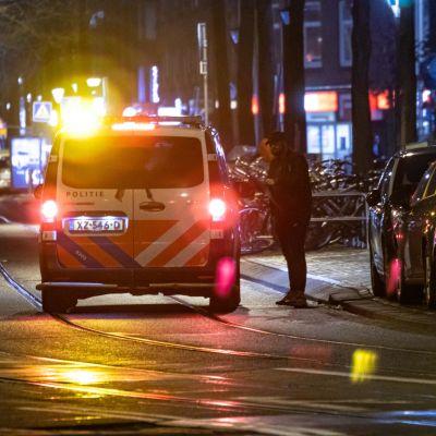 Amsterdamissa on voimassa öinen ulkonaliikkumiskielto, jota poliisi valvoo.