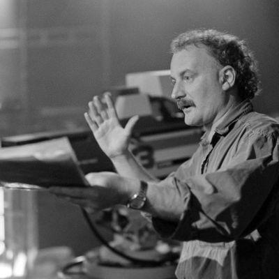 Ohjaaja, käsikirjoittaja Neil Hardwick televisiosarja Pakanamaan kartan kuvauksissa Suomessa vuonna 1990.