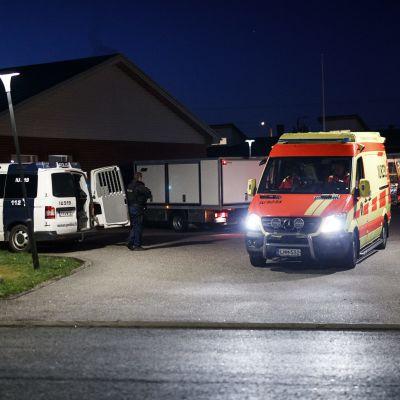 Polisbilar och en ambulans på brottsplatsen.